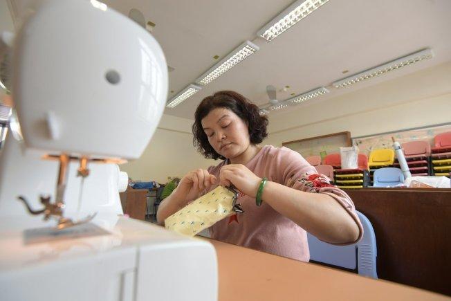 潘萬玲是其中一名縫紉媽媽,她被製衣公司裁退後加入「愛連心」,希望運用一技之長賺取收入,幫補家計。(取材自香港政府新聞網)