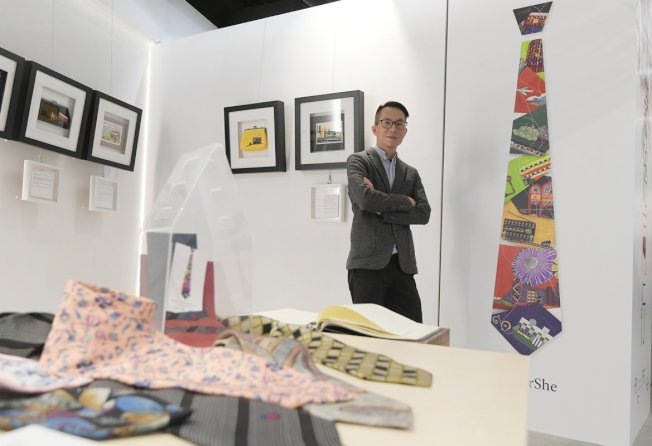 「愛連心」招募設計師義務為產品設計圖案和籌辦展覽,李漢南是其中一名義工,他認為通過藝術幫助社區,很有意義。(取材自香港政府新聞網)