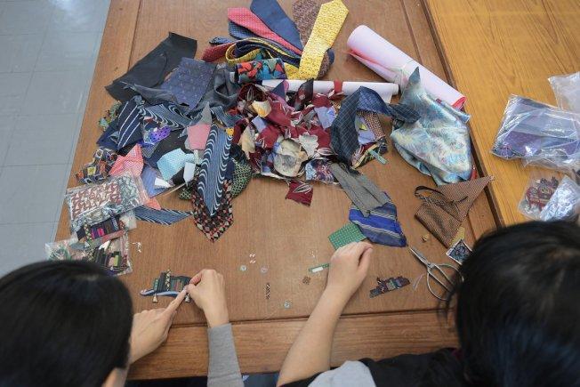 「愛連心」的縫紉媽媽把收集所得的二手領帶拆開、燙平、裁剪、拼貼,重新縫合成各式布製品。(取材自香港政府新聞網)