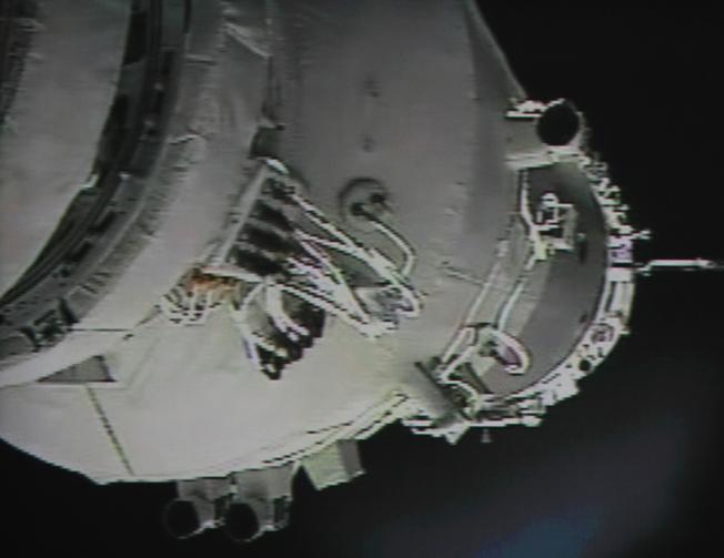 圖中為「神舟九號」在2012年7月18日接近「天宮一號」,以在太空進行自動交會對接任務。(Getty Images)