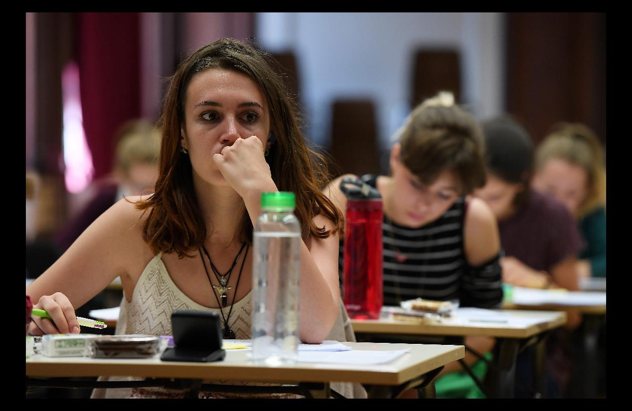 長期睡眠不足也會導致高中生出現精神健康問題。(Getty Images)