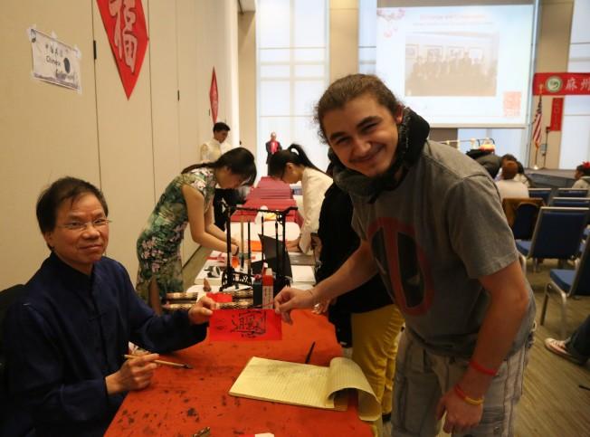書法家梅宇國(左一)展示中國書法藝術。(記者俞國梁/攝影)