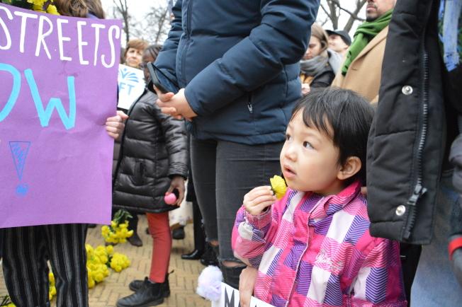 500名儿童和家长以及民选官员参加交通安全游行。(记者牟兰/摄影)