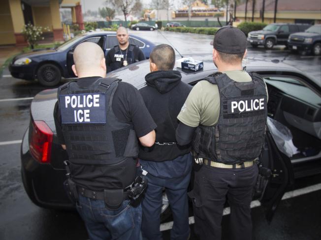 移民局近日逮捕無證客的行動更加積極,申請結婚綠卡者也不放過。(美聯社)
