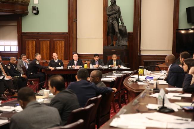 市警總局長歐尼爾出席市議會作證。(記者洪群超/攝影)