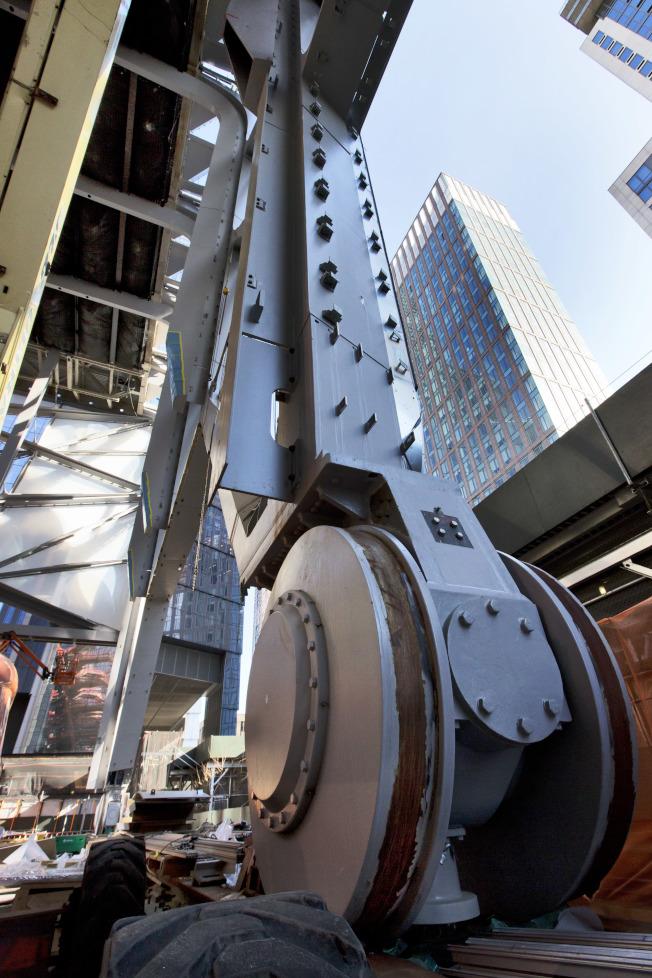哈德遜調車場現在仍是個建築大工地,圖為表演藝術中心的重型設備。(美聯社)