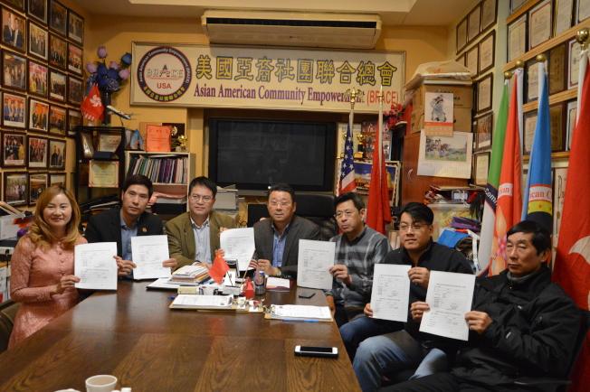 張明明(左起)、姜書棟、朱立業、陳善莊、宋大維、趙靖桉和連德清,呼籲耆老20日前來辦理「健在證」。(記者牟蘭/攝影)