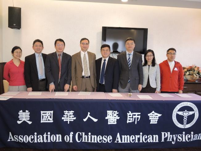 華人醫師會董事會成員歡迎各族裔中學生參加青少年科技競賽,右四為王元聰。(記者朱蕾/攝影)