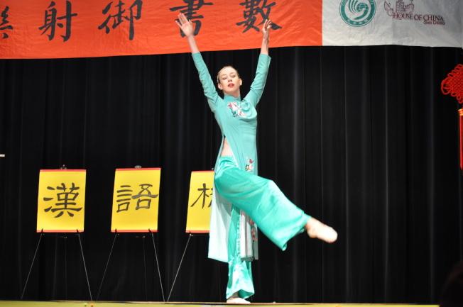 參賽者展現中國舞蹈之美,詮釋得惟妙惟肖。(記者陳良玨/攝影)