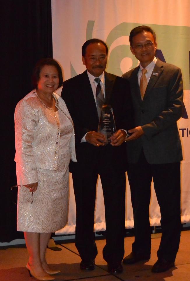 聖地牙哥亞太裔聯盟會長李美智(左)和聖地牙哥亞太裔聯盟的共同創辦人陳運仁(右)共同頒發「終身成就獎」,由Robert Ito(中)獲得殊榮。(記者陳良玨/攝影)
