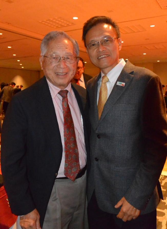 積極參與聖地牙哥公眾事務的兩位核心華裔僑領譚卓儀(左)和陳運仁(右)出席盛會,擔任頒獎貴賓。(記者陳良玨/攝影)