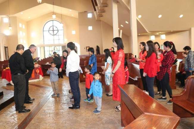 聖地牙哥天主教華人團體2018年 新春彌撒後,主教及神父分發紅包給小朋友。(讀者提供)