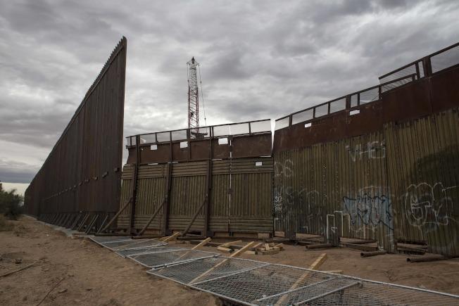 川普13日首次以總統身分訪問加州,將視察他邊界圍牆模板。圖為美墨邊界圍牆工程。(Getty Images)