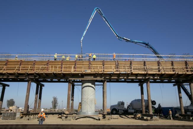 上任後從未訪問民主黨大本營加州的川普總統,原本應州長布朗邀請首次以總統身分到訪,視察加州高速鐵路工程進度。(美聯社)
