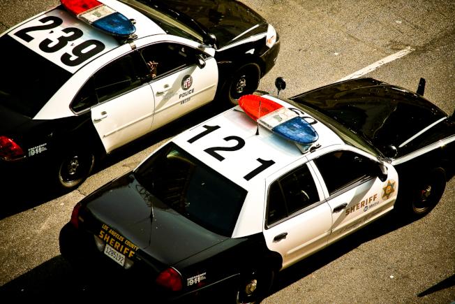 洛杉磯縣內有88個城市,共有數十個不同轄區的警察局。圖左為洛杉磯市警局巡邏車、右為洛杉磯縣警局巡邏車,除了警車都是黑白色之外,兩個警局的名稱、標誌、員警制服顏色都有很大差別。(圖片下載自:https://flickr.com/photo/14247646@N00/3621766676 ,由James攝影)