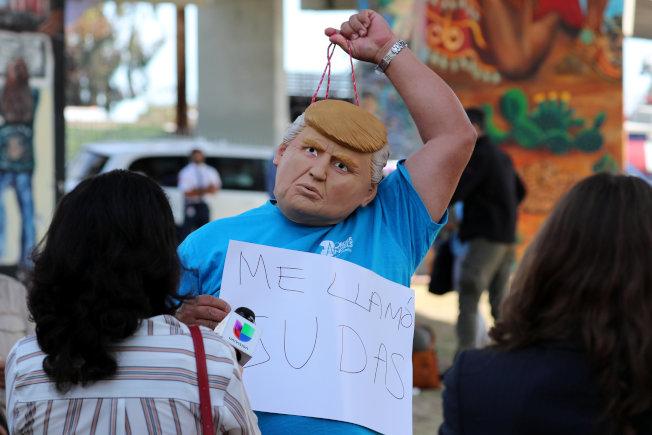 一名戴著川普頭像的民眾,抗議川普即將到加州訪問,並視察阻擋移民的邊牆工程進度。(路透)