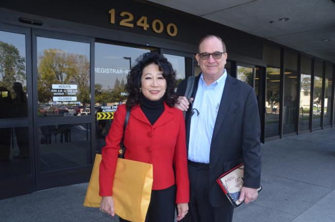 夏樂柏(右)和太太何美湄(左)12日前往洛杉磯縣選務所,遞表參選聯邦第39選區國會眾議員席位。(記者王全秀子/攝影)