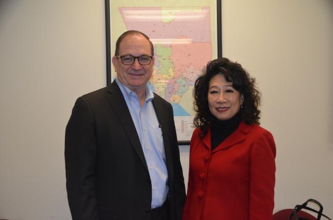 夏樂柏(左)將從21位宣布參選的候選人中,角逐聯邦第39選區國會眾議員席位。(記者王全秀子/攝影)