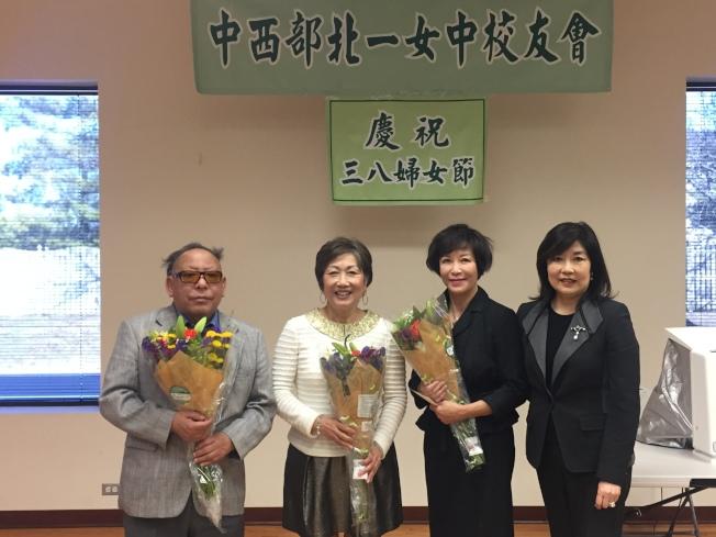林瑪麗(右二)、劉又明(左二)、吳慕雲(左一)醫生受北一女會長傳惠芬(右一)邀請,到芝加哥華僑文教服務中心進行開展健康講座。(記者董宇/攝影)