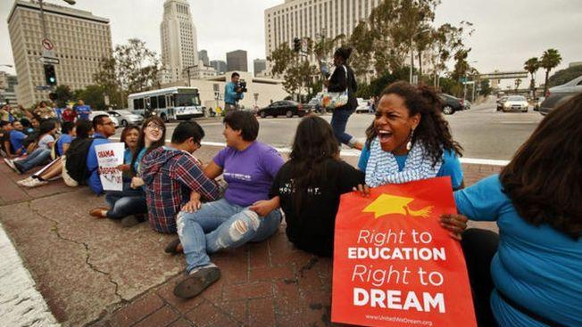 川普總統上任後首次訪問加州,13日抵達洛杉磯,執法單位嚴陣以待可能的示威抗議活動。圖為2017年民眾抗議川普。(洛杉磯時報)
