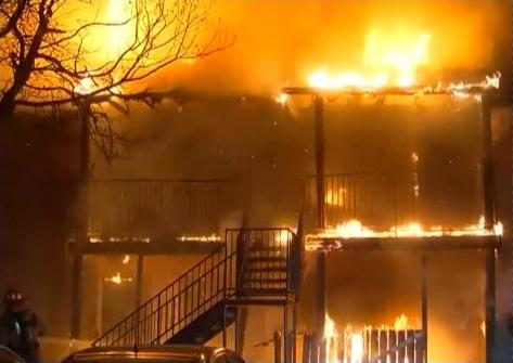 休士頓Sago Palms公寓大火,燒毀16個單位的住宅。(取自NBC電視台)