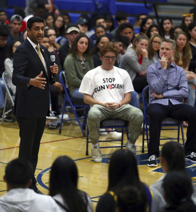 眾議員羅康納(左)與勇士隊主教練柯爾(右一)12日在紐華克紀念高中與學生一起討論槍枝暴力問題。(美聯社)