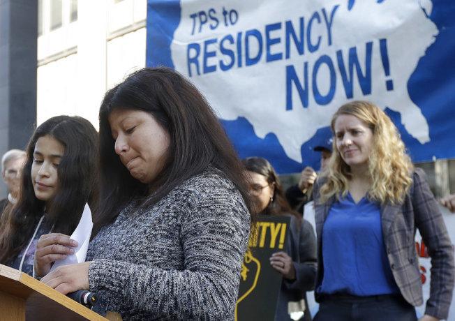 對川普政府提出訴訟的薩爾瓦多移民莫拉雷斯(左二)與女兒拉莫斯(左一)在舊金山聯邦法院外發言。(美聯社)
