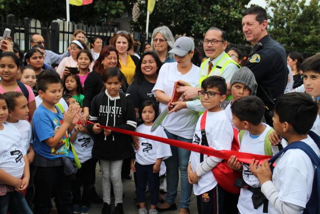 Katherine Smith小學與社區民眾歡慶安全人行道的落成。(記者張毓思/攝影)