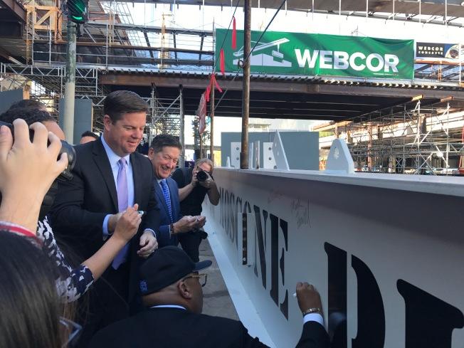 舊金山市長麥法恩在封頂的鋼梁上簽名。(記者黃少華/攝影)