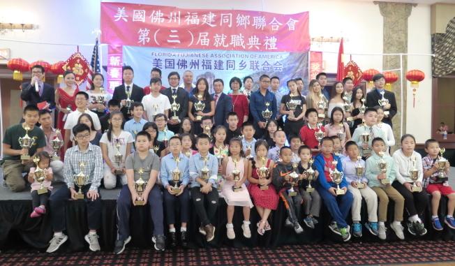 獲得獎學金的學子們合影。(記者俞曉菁╱攝影)
