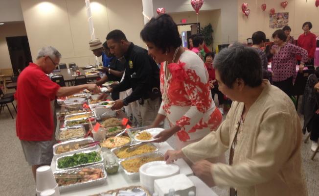 漢翔基金會慶春節活動中,百家樂中式餐點相當豐富。(漢翔基金會提供)