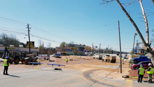 底克甫郡(DeKalb)緊急封路搶修百福大道(Buford Highway)破裂的大型供水水管。(記者張蕙燕/攝影)