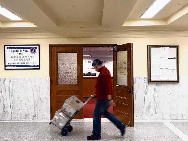 舊金山選務處12日為9項地方提案抽籤分派了字母編號。(記者黃少華╱攝影)