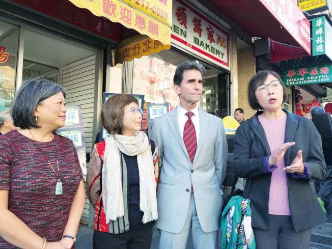 市長候選人里諾(右二)在華人社區領袖的陪同下,宣布其治安政綱。右起為鄧孟詩、鄧式美及李麗嫦。(記者李秀蘭/攝影)