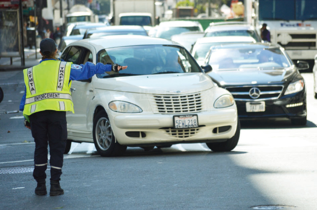 在金貞妍提出的改善交通擁擠方案中,包括將擔任指揮交通任務的督導員人數倍增。(記者李秀蘭/攝影)