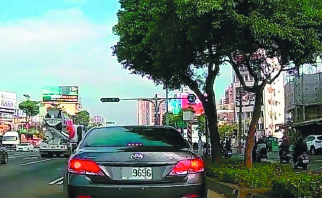 台中市郭姓男子將轎車後車牌掛反,車牌的阿拉伯數字「9696」雖沒變,但英文字母上下顛倒,遭路人以行車記錄器畫面檢舉。(記者黃宣翰/翻攝)