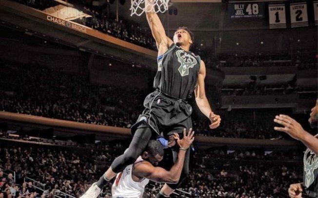 安戴托昆波(上)飛過小哈德威(下)灌籃。(取材自NBA官網)
