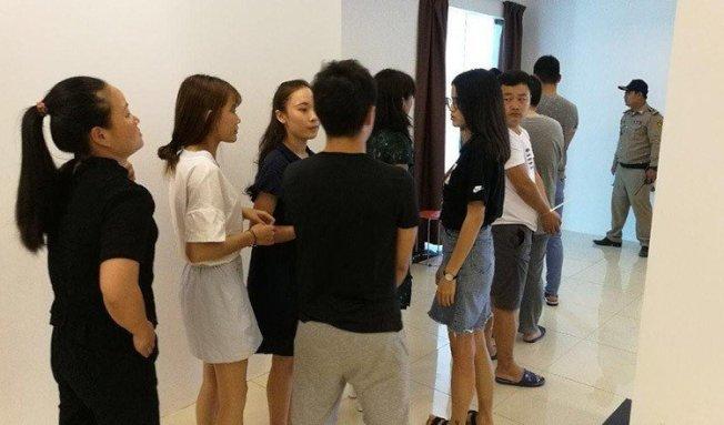 柬埔寨警方昨天在金邊破獲一處網路賭博與以網路電話進行電信詐騙的機房,逮捕100名中國籍嫌犯。 圖擷自Fresh News