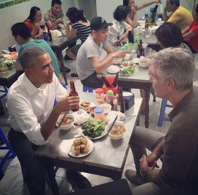 2016年時任美國總統歐巴馬(左)和波登(右)在越南河內一家小吃店大啖河粉。(取自波登IG)