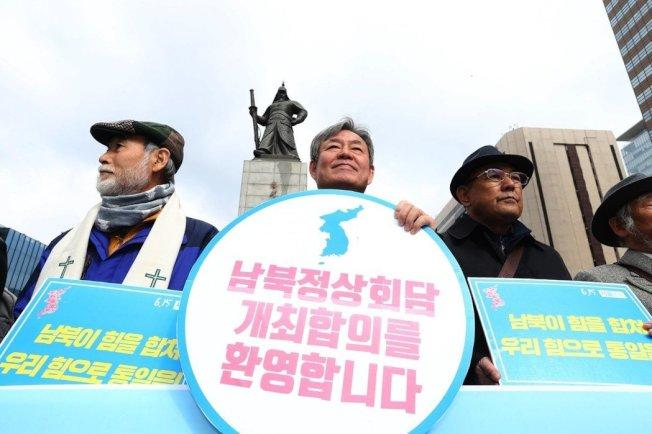 南韓官員透露,比起前兩次峰會,預定4月底舉行的兩韓峰會可能為期較短。圖為南韓民眾手舉「歡迎兩韓峰會」的標語在首爾光化門示威。歐新社