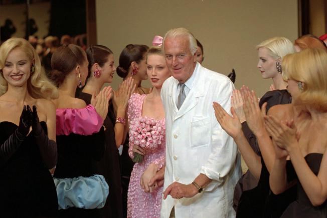 法國時裝設計師紀梵希1995年參加巴黎服裝展。(路透)