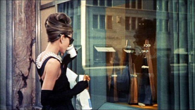 奧黛莉赫本在電影「第凡內早餐」中,穿著紀梵希設計的經典「黑色小禮服」。(圖取自維基共享資源,版權屬公眾領域)