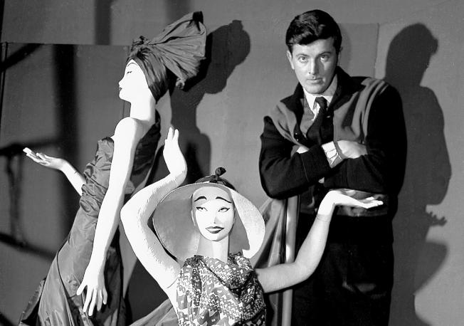法國時裝設計師紀梵希和模特兒,在1952年的合照,被佈置在巴黎的紀梵希名店裡。(美聯社)