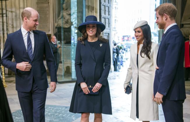 美國女星梅根馬克爾(右二)13日陪伴未婚夫哈利王子(右一)到倫敦西敏寺參加國協日慶祝活動。美聯社