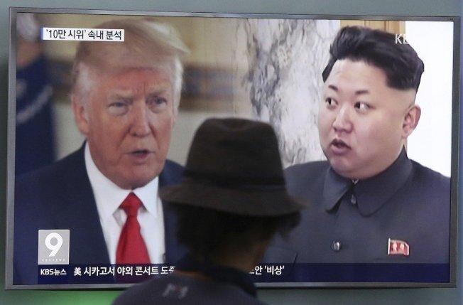 南韓首爾車站的電視播出總統川普(左)和北韓領導人金正恩(右)畫面。 美聯社