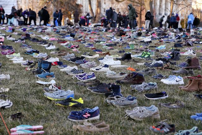國會草皮上許多自願者一起擺放鞋子。美聯社