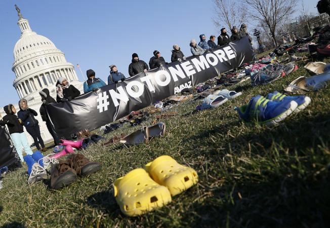 發起活動的組織舉起不要再失去任何人(#NOTONEMORE)的訴求標語。美聯社