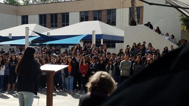 亞裔生過半的馬凱博高中學生,集會抗議校園槍枝暴力和政府不作為。(學生提供)