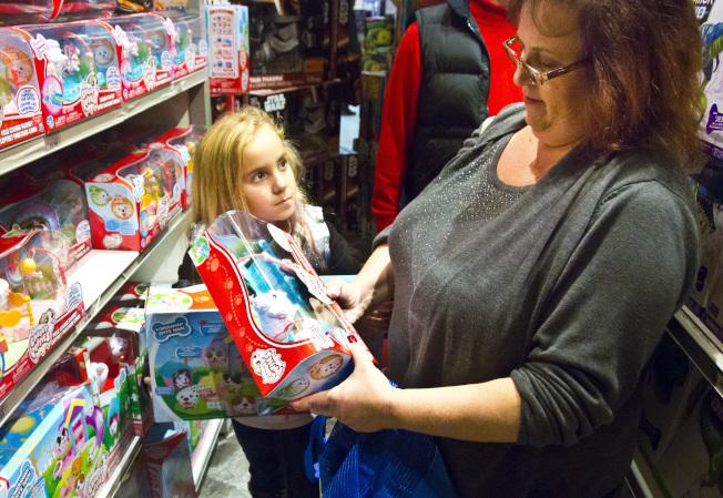 消費者不捨反斗城即將熄燈。圖為賓州居民在紐約時報廣場玩具反斗城選購年終禮物。(美聯社)