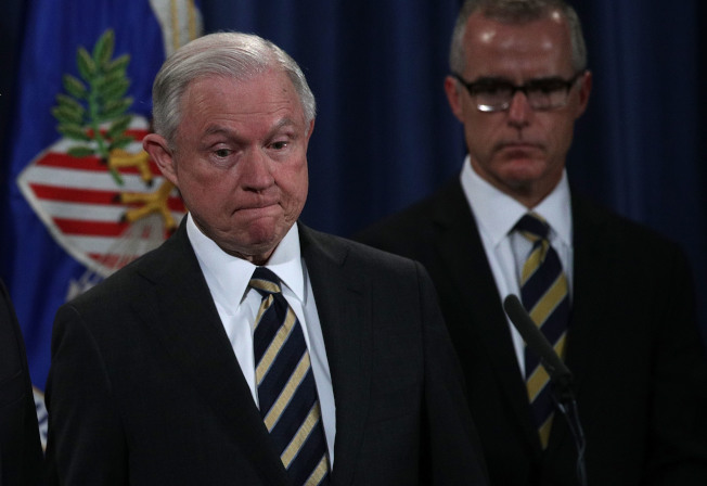 聯邦調查局副局長麥凱博(右)退休前26小時,被司法部長塞辛斯(左)開除。(Getty Images)